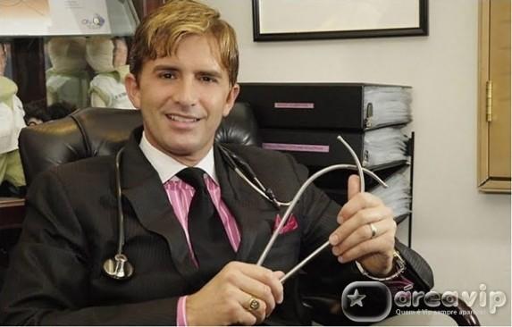 Após resistência, Dr. Robert Rey volta a comandar o 'Dr. Hollywood'