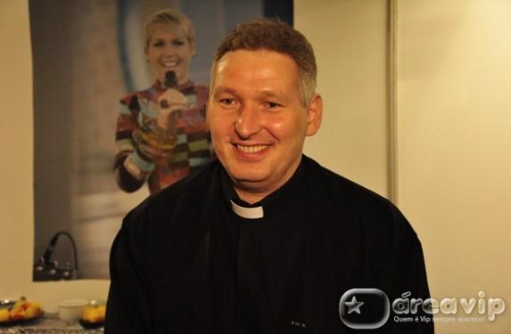 Conexão Repórter exibe o especial 'Confissões de um Padre', com o padre Marcelo Rossi