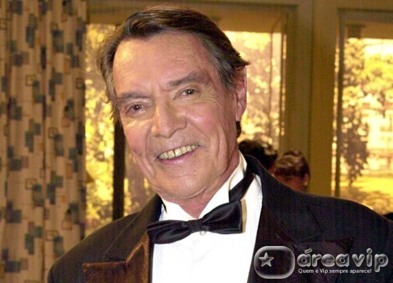 Corpo do ator John Herbert é cremado em São Paulo