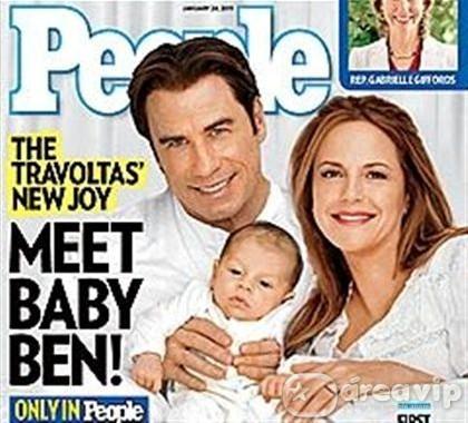 John Travolta e Kelly Preston exibem seu novo bebê