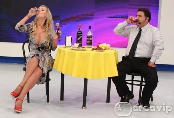 Televisão : Lola Melnick desbanca Ratinho ao beber rabo de galo
