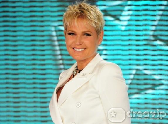 Humorista é tirado do palco por Jorge Fernando e deixa Xuxa de braços abertos no público