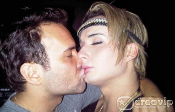 Ex-BBB Serginho aparece beijando stylist na boca