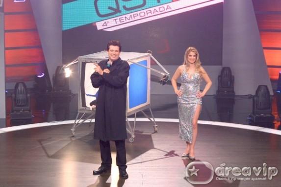 Celso Portiolli dá um show de mágica no palco do QST
