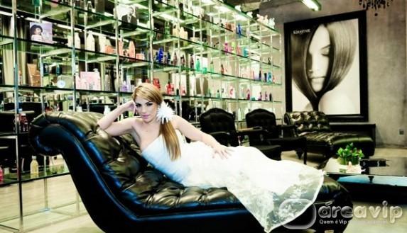Ex-BBB Anamara se veste de noiva para gravar comercial