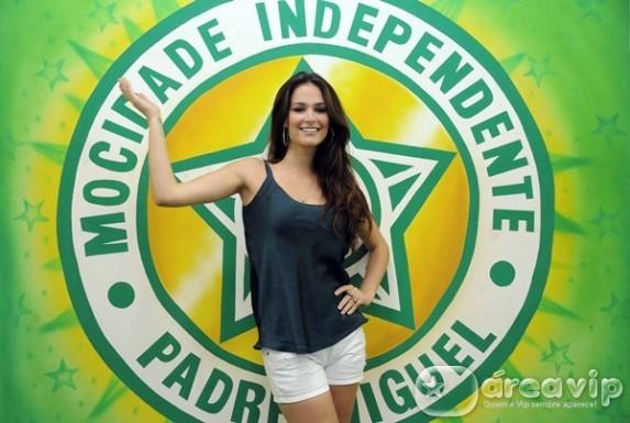 Miss Brasil, Priscila Machado visita barracão de escola de samba