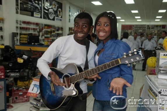 Jefferson e Suellen cantam 'Para Nossa Alegria' para divulgar loja