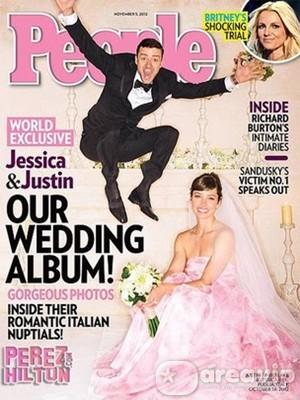 Jessica Biel casa vestida de cor de rosa
