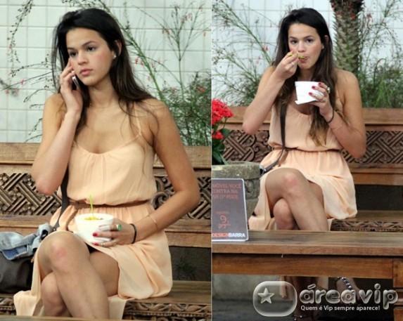 Bruna Marquezine toma sorvete em shopping carioca