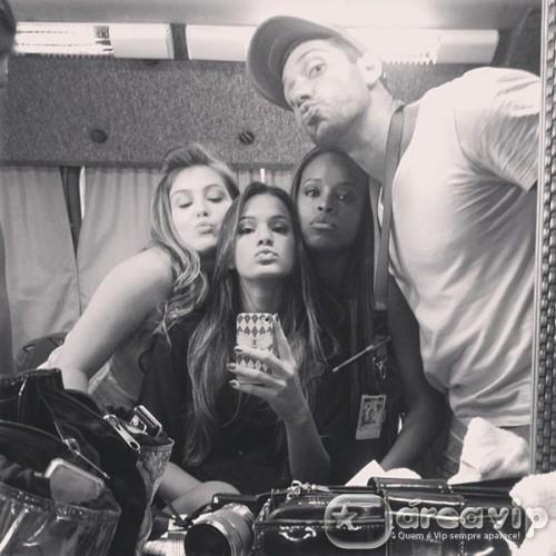 Bruna Marquezine posta foto ao lado de amigos