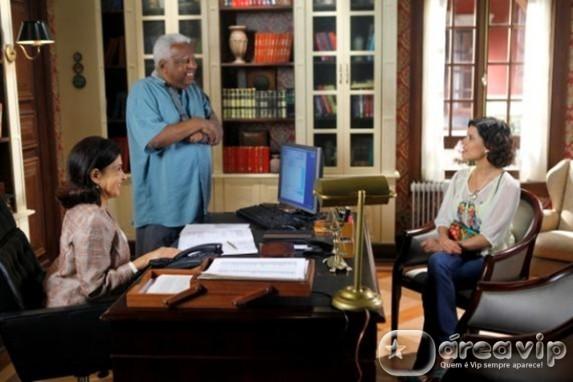 Carol é contratada para ajudar Chico no Orfanato Raio de Luz