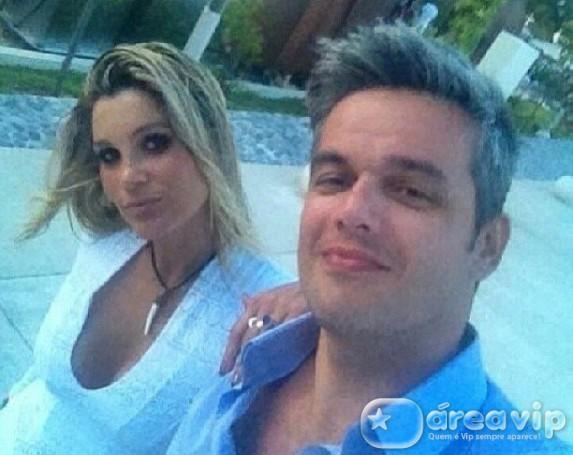 Flávia Alessandra leva na boa striptease de Otaviano Costa em programa