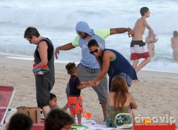 Alicia Keys curte praia com filho e marido no Rio