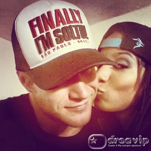 Ex-BBB Alemão posta foto ganhando beijinho de Anitta