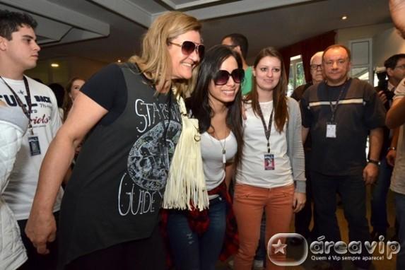 Anitta é tietada por fãs em Canela