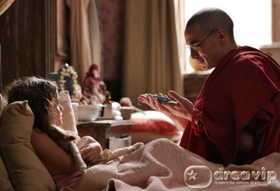 Sonan se emociona ao ver Pérola com o japamala de Ananda