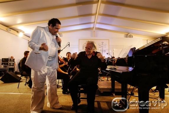 Tiago Abravanel e maestro João Carlos Martins juntos