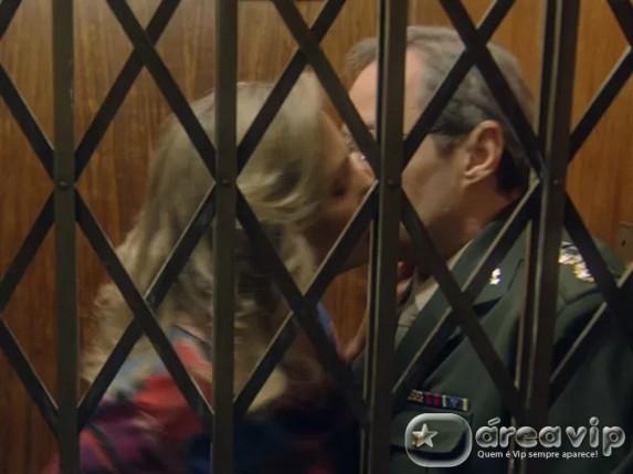 Reta Final – Trancados no elevador, Beatriz e Elísio se beijam
