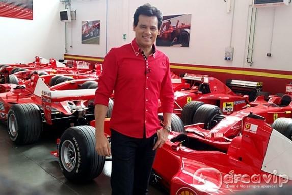Portiolli visita fábrica da Ferrari e dirige supermáquina na Itália