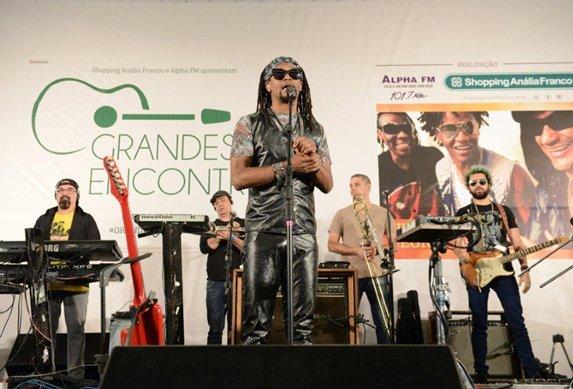 'Cidade Negra' contagia plateia no show em shopping de São Paulo