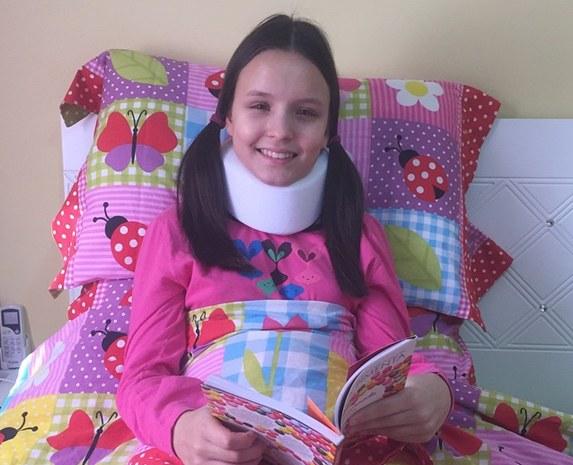 Após acidente, Larissa Manoela tranquiliza fãs