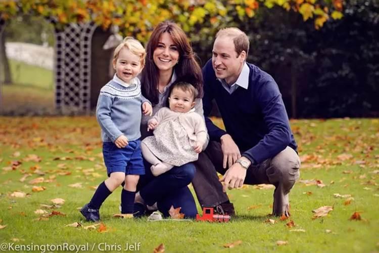 Kate Middleton e Príncipe William posam com os filhos
