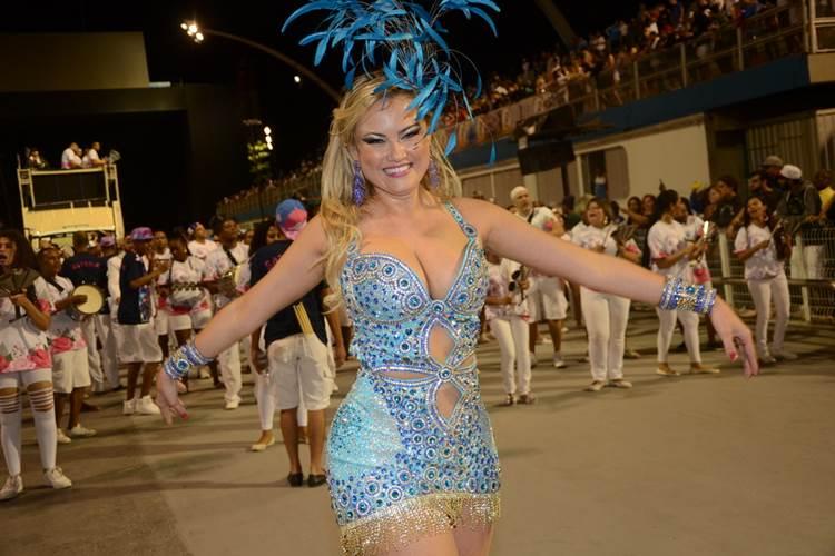 Ellen Rocche usa vestido curtinho para ensaio de carnaval