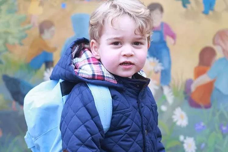 Palácio divulga foto de Príncipe George em primeiro dia de aula