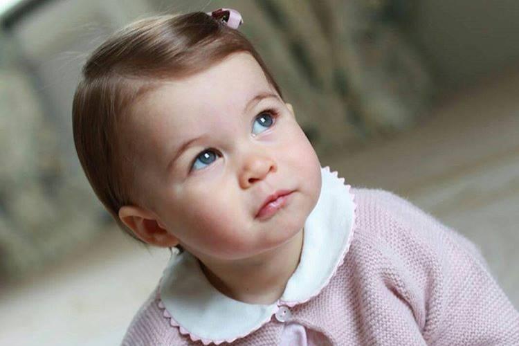 Príncipe William e Kate Middleton divulgam fotos da filha em comemoração ao aniversário de 1 ano