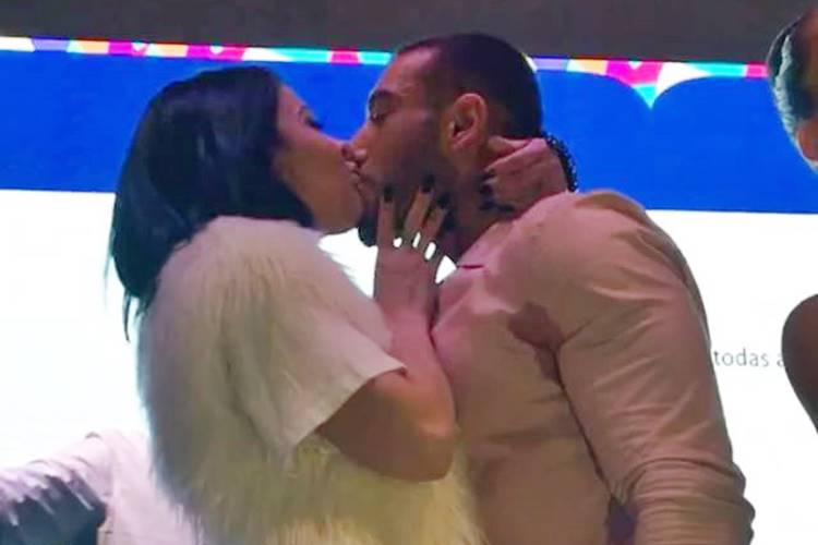 Alinne Rosa dá beijão em Lucas Lucco