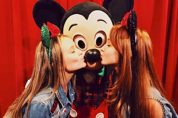 e761a65e825e4 Solteira, Larissa Manoela aproveita parques da Disney com Mharessa ...