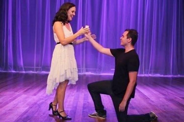 Adriana Birolli é pedida em casamento