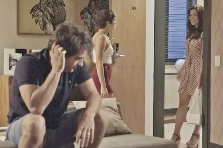 A Lei do Amor: Marina deixa Tiago em saia justa com Letícia