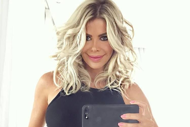 Grávida, Karina Bacchi mostra barriguinha em dia de malhação