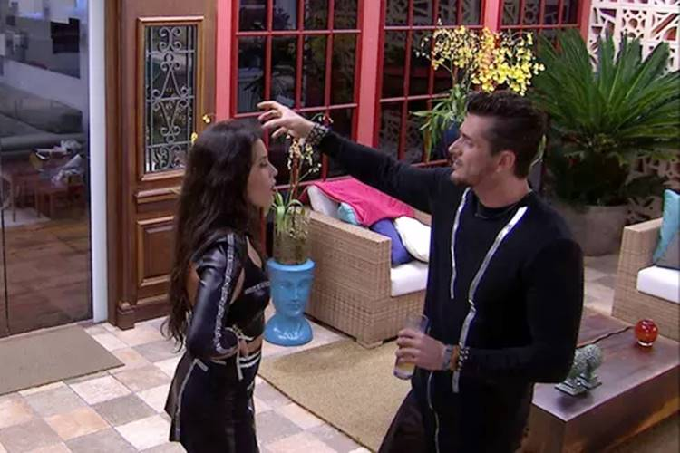 BBB17: Marcos discute com Emilly