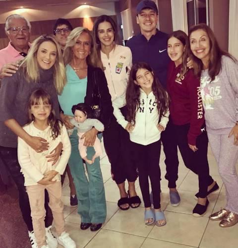 Ticiane Pinheiro e Rodrigo Faro com as famílias/Instagram