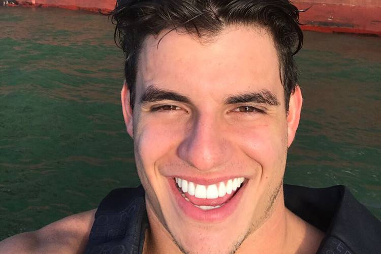 """Antônio, do """"BBB 17"""", apaga as fotos com Alyson e fãs especulam fim do romance"""