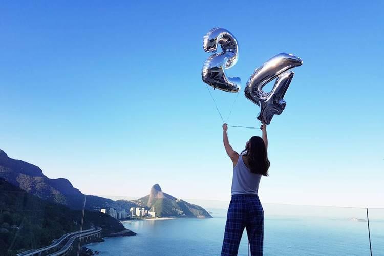Camila Queiroz comemora a chegada dos 24 anos e ganha linda homenagem de Klebber Toledo