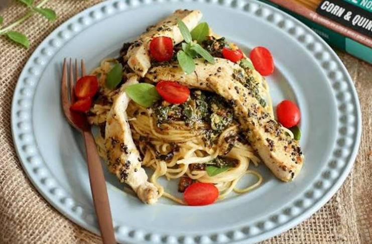 Espaguete de milho e quinoa com pesto e frango/Divulgação