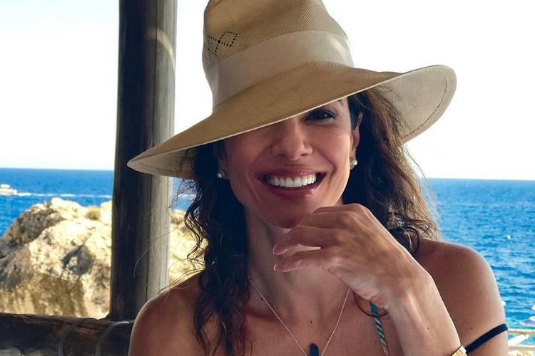 Luciana Gimenez dá o que falar ao mostrar bumbum na web