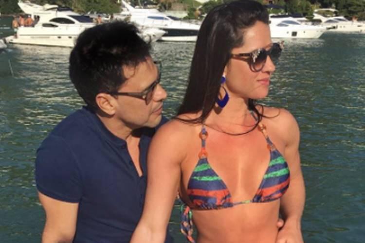 Namorada de Zezé Di Camargo exibe corpaço em passeio de barco