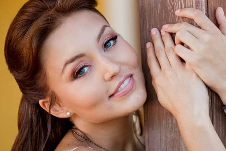 Angelique Boyer aceita desafio de Celso Portiolli e dança 'Paradinha' no Domingo Legal