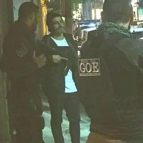 Caio Castro é flagrado com fuzis de policiais em SP