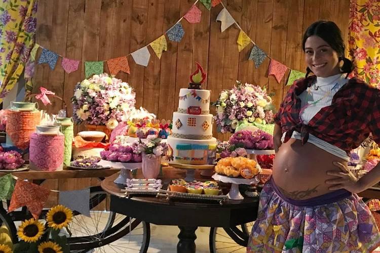 Grávida, Carol Castro faz Chá de Bebê em clima junino – Veja as fotos!