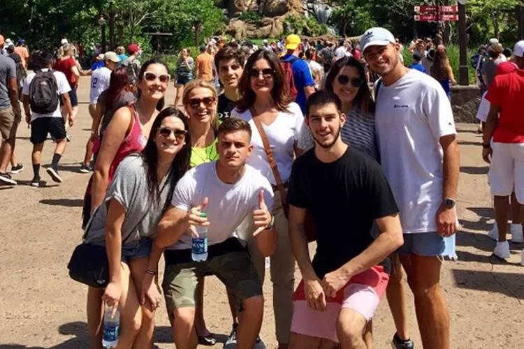De férias, Fátima Bernardes visita Disney com os filhos e Luigi Baricelli