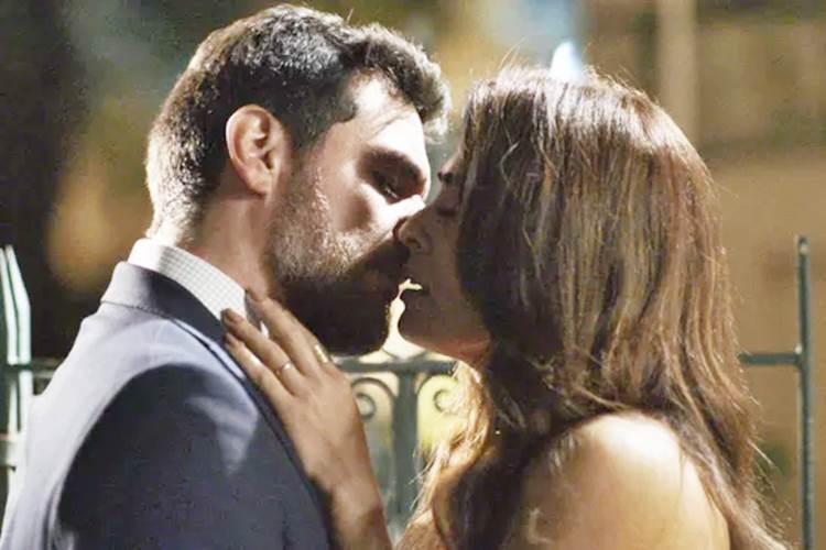 A Força do Querer - Bibi e Caio se beijam (Reprodução/TV Globo)