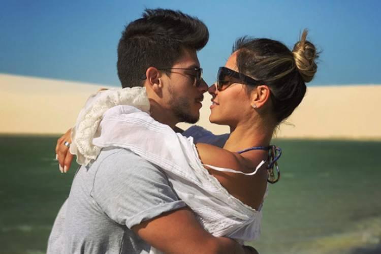 Mayra Cardi mostra aliança de noivado com Arthur Aguiar