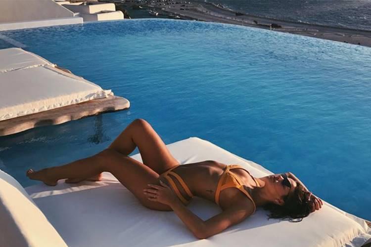 Bruna Marquezine posa de biquíni em cenário deslumbrante
