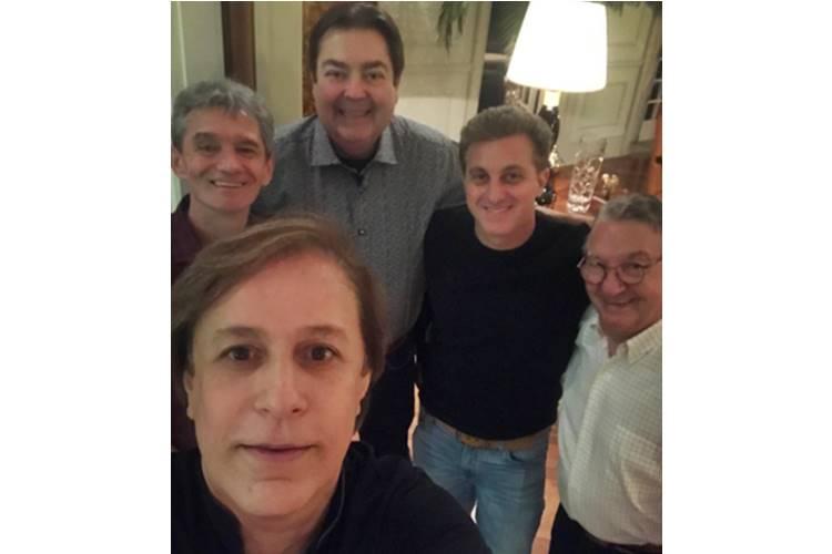 Fausto Silva reúne famosos em jantar especial