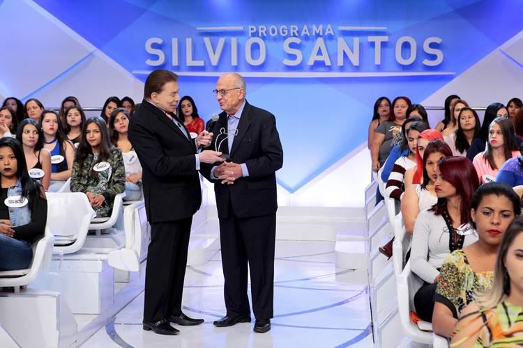 Silvio Santos recebe prêmio (Lourival Ribeiro/SBT)